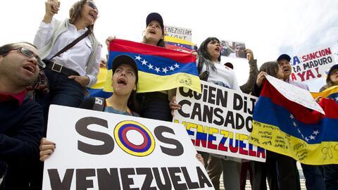 Venezolanos protestando frente a la sede de la OEA en Washington contra...