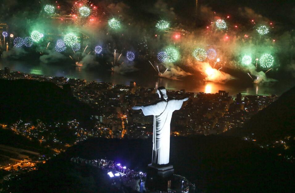 Vista de los fuegos artificiales durante la nochevieja con el Cristo Red...