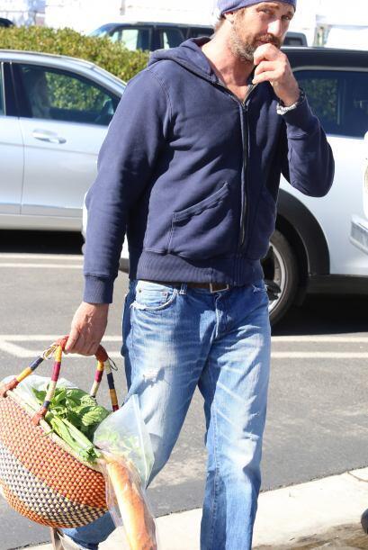 Se portó de lo más dulce al ir de compras con su novia.