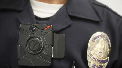 Un policía de Los Ángeles porta una cámara pegada a...