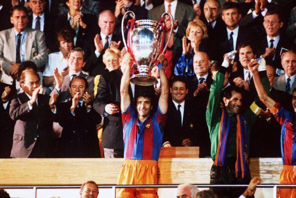 José Ramón Alexanko, capitán del Barcelona, fue el encargado de levantar...
