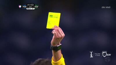 Tarjeta amarilla. El árbitro amonesta a Erdem Sen de Marítimo