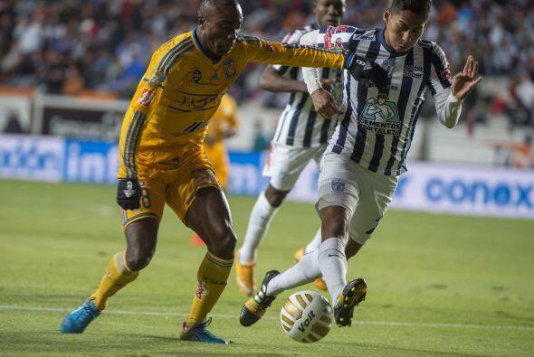 Joffre David Guerrón, de Tigres, intenta sacar un disparo de pierna dere...