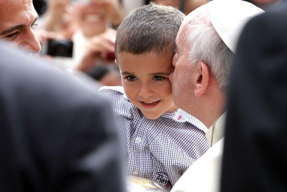 En esta foto, el Papa Francisco besa a un niño durante su audiencia gene...