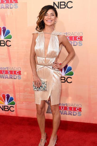 La actriz Jessica Szohr llegó con un vestido dorado y muy ligerito. ¡Qué...