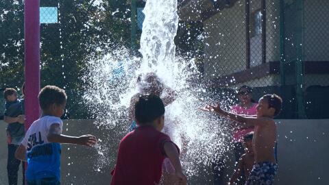 Niños se refrescan en el sur de California por ola de calor en ju...