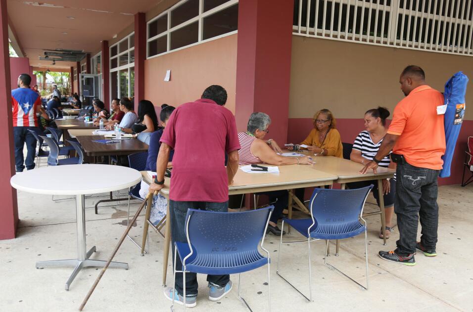 Largas filas de desempleo en Manatí y Bayamón tras el paso del huracán M...