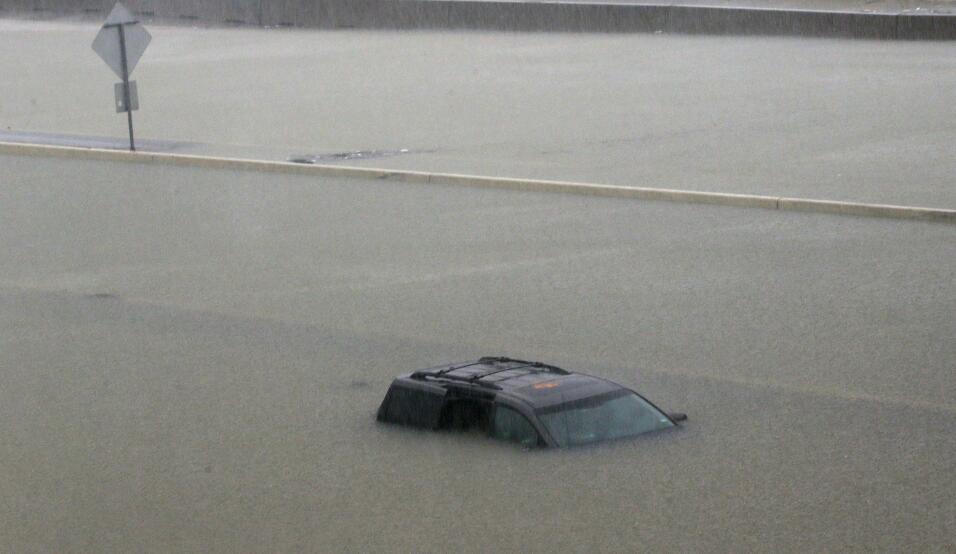 Un Automóvil completamente sumergido en la autopista I-10, Houston.