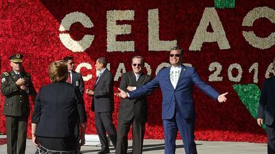 La presidenta de Chile, Michelle Bachelet, es recibida por el presidente...