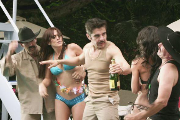 Mientras tanto en la fiesta de Zaca, Don Junior atendía a las lindas muc...