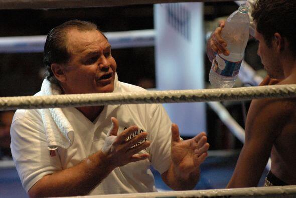 """""""Chepo"""" Reynoso da indicaciones a su discipulo, el entrenador le pedía m..."""