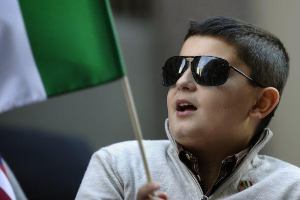 Este pequeño salió a celebrar con bandera en mano.