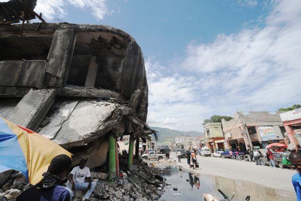 Pilas de escombros continúan en el lugar donde se encontraban miles de i...