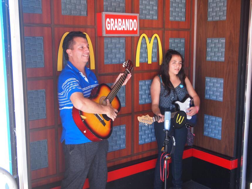 Entre música de mariachi, antojitos tradicionales y mucha diversión dece...