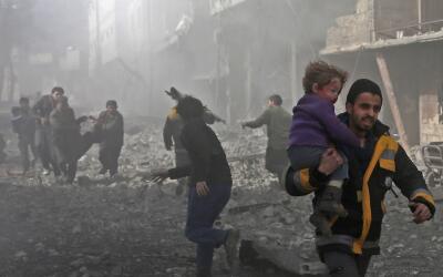 Un hombre sirio rescata a un niño herido en un bombardeo del gobi...