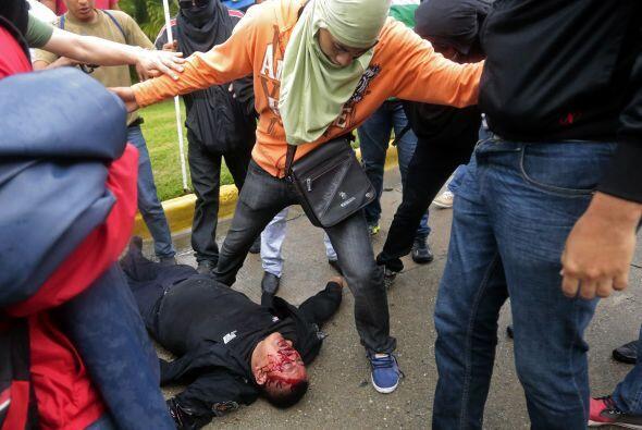 Unos 16 policías antimotines resultaron heridos.