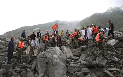 El alud en Xinmo, China, ha sepultado al menos a cien personas seg&uacut...
