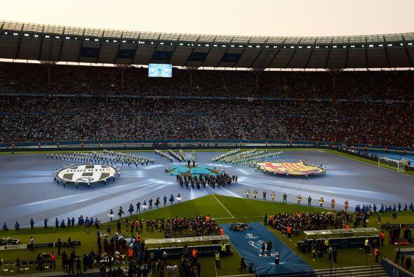 Los aficionados al fútbol pintaron el Olympiastadion de Berlín para alen...