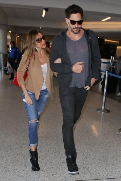 Mientras Joe avanzaba a toda velocidad por los pasillos del aeropuerto,...