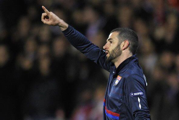 Lisandro López abrió y cerró la cuenta para el Lyon...