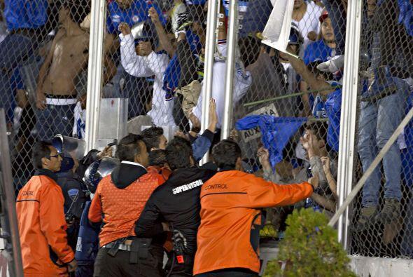 Más de un centenar de integrantes de la barra La Sangre Azul invadieron...