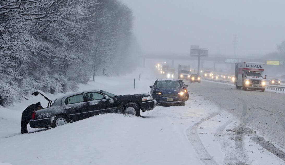 El paisaje nevado en una autopista de Nueva Jersey
