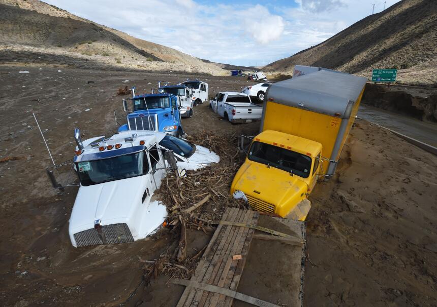 Numerosos vehículos quedaron atrapados por un deslave enterró la autopis...