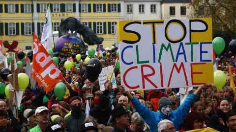 Marcha de ambientalistas durante la Cumbre del Cambio Climático p...