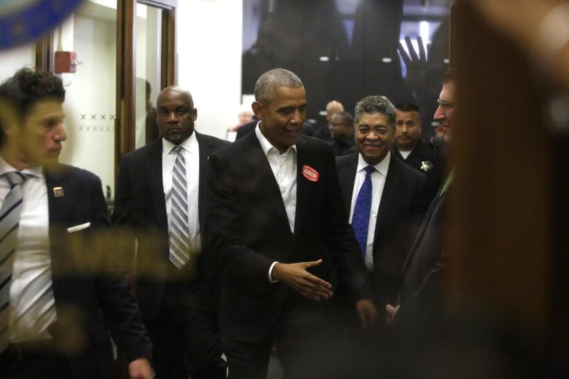 Barack Obama cumple con su deber ciudadano y se presenta para servir com...