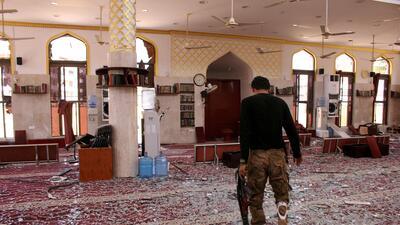 Un guardia de las fuerzas de seguridad de Egipto camina en la mezquita q...