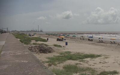 Instalan nuevos baños públicos en el malecón de Galveston