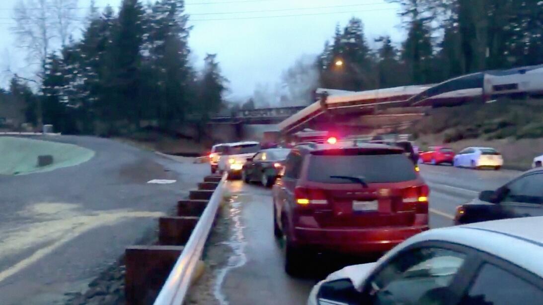 Un tren al sur de Seattle se descarriló y al menos uno de sus vagones ca...