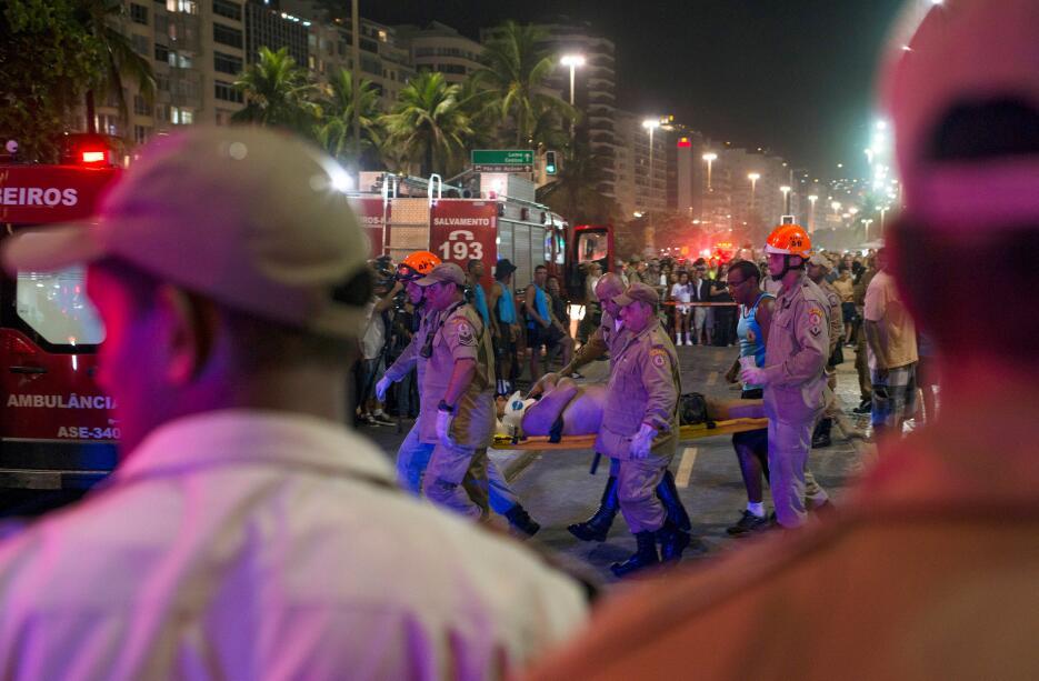 Vehículo arrolla a transeuntes en la playa de Copacabana 2018-01-19t0601...
