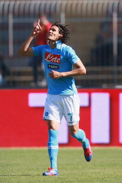 Maren Hamsik y Edinson Cavani, quien llegó a 100 goles con equipos itali...