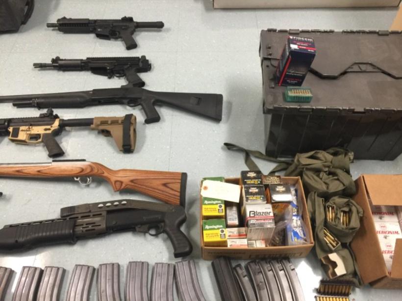 Se investiga si las armas se adquirieron ilegalmente.