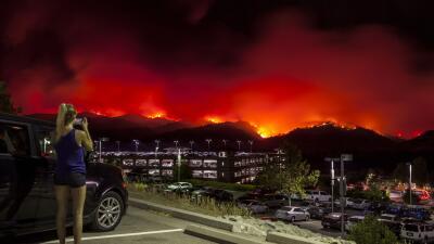 Los cielos se tornan naranja por incendio que avanza sin control en el norte de California