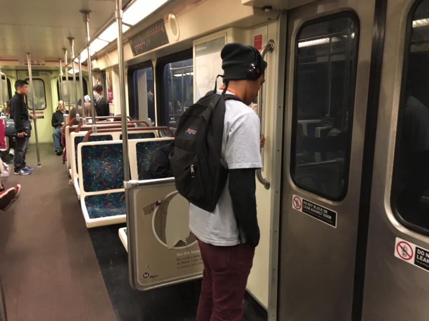 Un usuario de la Línea Roja del metro espera su llegada a una plataforma.