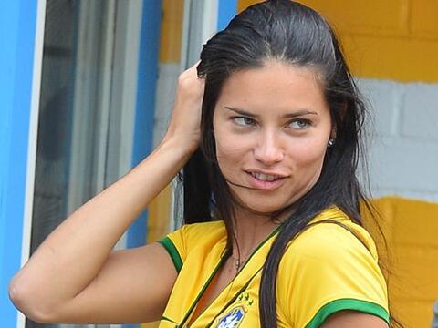 Muy sonriente y como siempre bella, Adriana Lima estuvo apoyando a la Se...