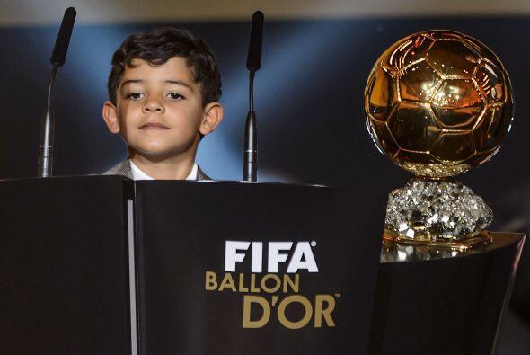 Y el hijo de Cristiano no podía faltar, al lado del premio que acababa d...