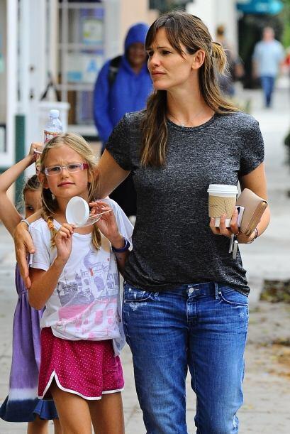 Mientras que las pequeñas hijas de Jennifer Garner disfrutan de un helad...