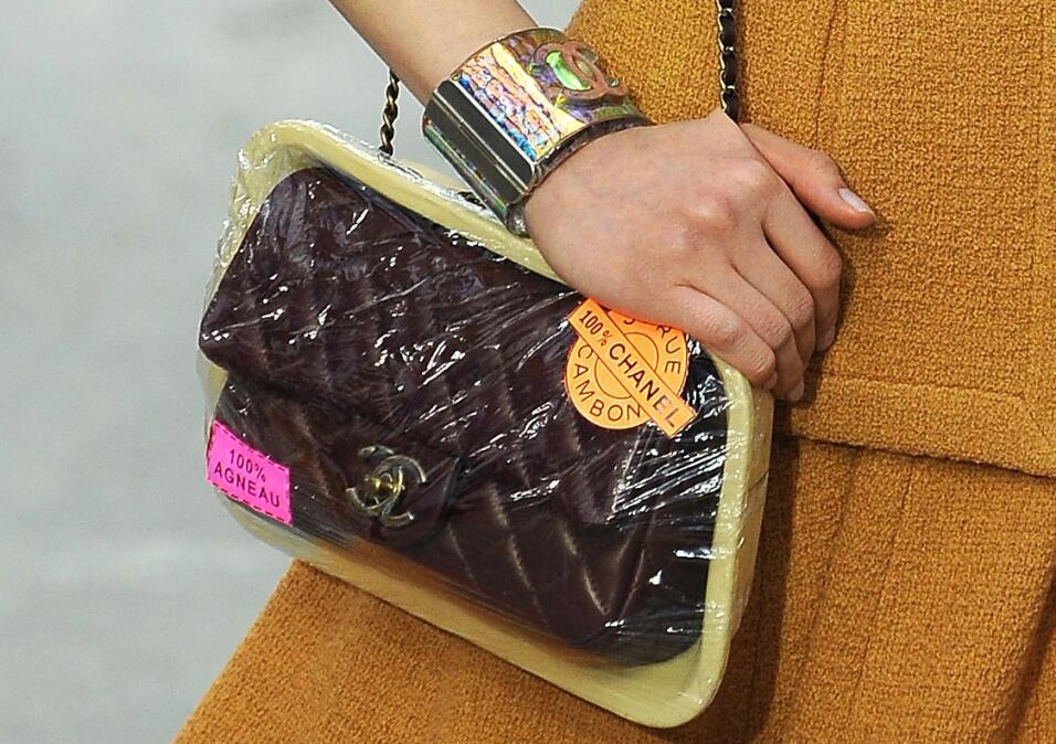 Sí, es un bolso envasado al vacío. Chanel decidió presentar su clásico b...