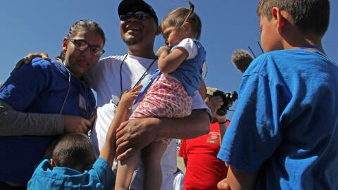Ivan Castañeda, exsoldado deportado de EEUU, abraza a su familia...