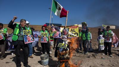 En fotos: Así quemaron una piñata de Trump al lado de la valla fronteriza en México