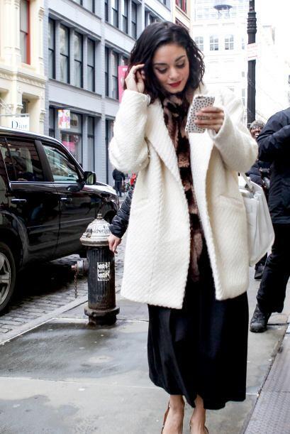 Para el frío, ella aplica sacos de cortes amplios en tonos claros, como...