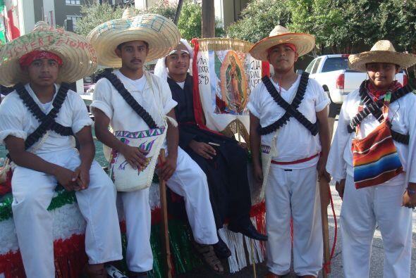 Niños, jóvenes y adultos lucieron con orgullo, vistosos trajes típicos.