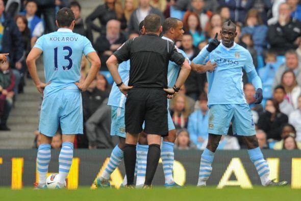 Justo antes del remate, Balotelli señaló a Kolarov de forma agresiva.