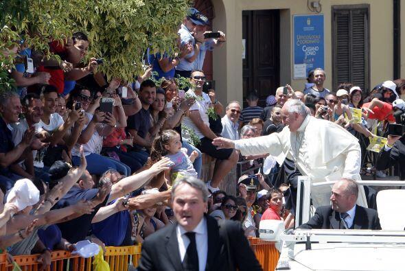 Durante su visita a la cárcel, el papa Francisco intercambió unas palabr...