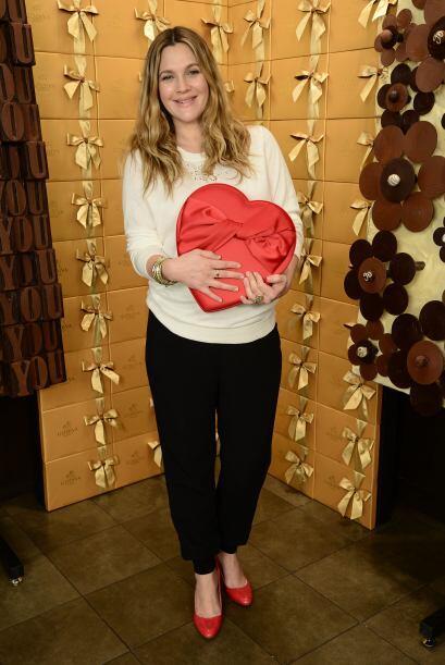 ¡A Drew Barrymore comienza a nacerle el amor por la moda! Un suave...