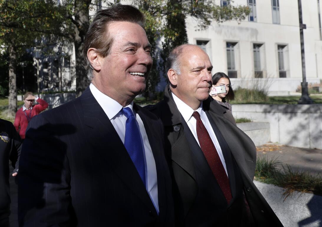 Paul Manafort, izquierda, sale de la corte federal en Washington, el 30...