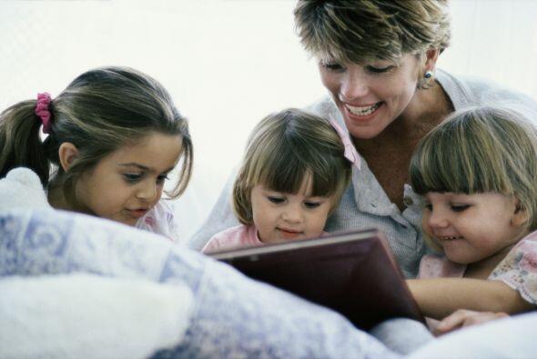 Compártele fotos. Al relatarle tus historias y las de tu familia, muéstr...